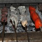 Maten grillas på kolgrill på ett speciellt syriskt vis.