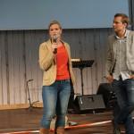 Anne Wigren på RIK Assistans berättar för ungdomarna vad en vd gör. Moderatorn heter Tobias Wikström.