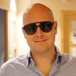 Peter Antonsson med solglasögonen Anton Frans