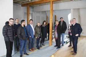 Ulf Hamrén (längst till höger) visar de kommande kontorslokalerna för politikerna i kommunstyrelsens arbetsutskott och tjänstemän från näringslivsenheten.