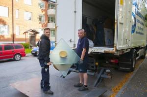 Dennis Knutsson och Håkan Törnberg lämnar tillbaka ett glasbord som har visats upp för Antikrundans experter.