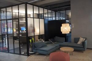 HINK är ett företagshotell där hyresgästerna kan hyra ett eget kontor, ett skrivbord i öppen miljö eller tillgång till de allmänna utrymmena.